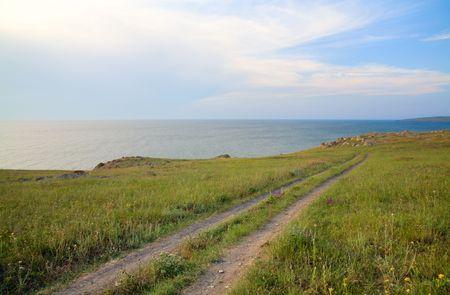 earth road: strada di terra su praterie vicino estate mare costa  Archivio Fotografico