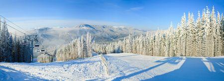 Paesaggio montano invernale con skilift e pista da sci. Sciistico Bukovel, Ucraina. Tre colpi punto dell'immagine. Archivio Fotografico - 5585306