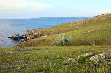 earth road: strada di terra su praterie vicino estate mare costa