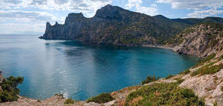 scintillate: Scintillate de la superficie del mar y litoral rocoso (Novyj Svit reserva,rinoceronte cabo, Crimea, Ucrania) el verano. Dos disparos unir la imagen.