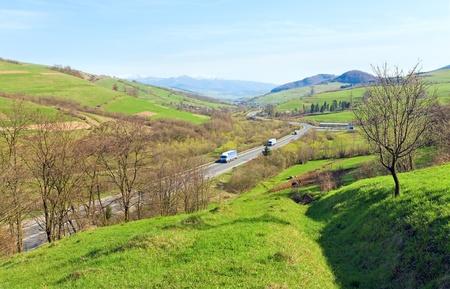 valley view: Primavera montagna paese vista della valle con campi coltivati e road Archivio Fotografico
