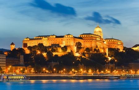Boedapest Koninklijk Paleis nachtweergave. Lange blootstelling.