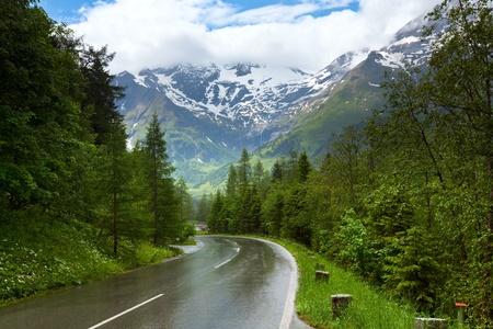 Alpen bergen rustige zomer view (Oostenrijk). Regenachtig weer.