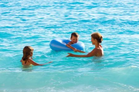 La familia (madre con dos hijos) tienen la recreaci�n a base de agua en el mar J�nico, (Lefkada, Grecia) Foto de archivo - 14548702