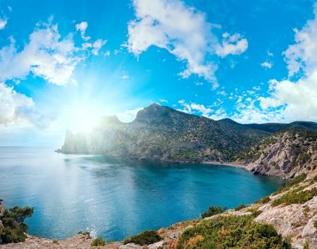 scintillate: Scintillate superficie del mar y la costa rocosa noche de verano