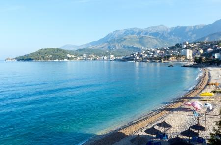 Zomer kust ochtend Himare stadsgezicht met kiezelstrand (Albanië)
