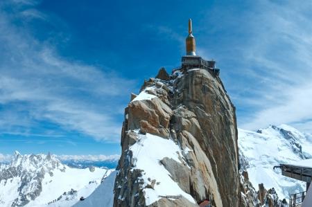 Het bergstation van de Aiguille du Midi in Chamonix, France.All mensen onherkenbaar.