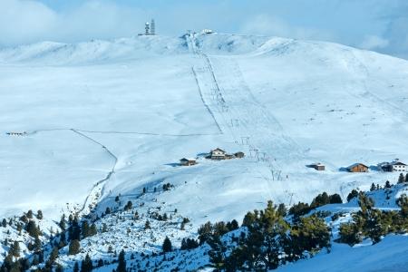 no correr: Hermoso paisaje de monta�a de invierno con telesilla y pista de esqu� en la ladera. Todas las personas que no se identifican.
