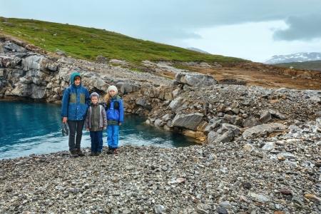 norge: Mother with children near mountain water reservoir Storglomvatnet (Meloy, Norge, near Svartisen Glacier ) Stock Photo