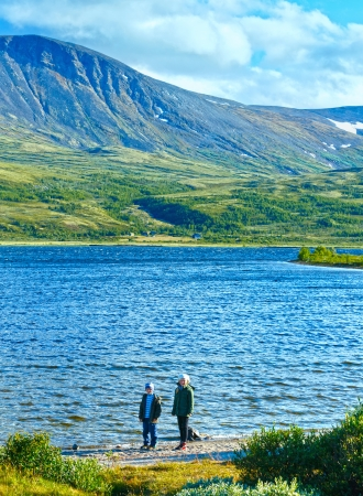 norge: Children near small mountain lake (not far from Dombas, Norge )