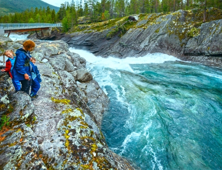 norge: Mother with children near mountain river waterfalls (Ottafossen, Norge ) Stock Photo