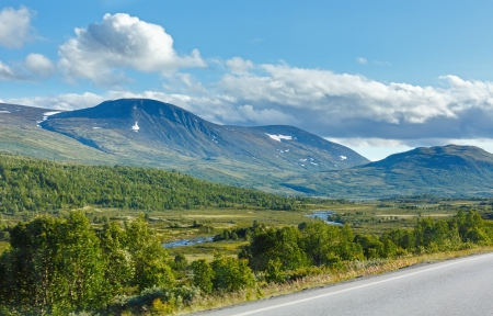 norge: Norwegian summer secondary road shot from driving car (not far from Dombas, Norge)