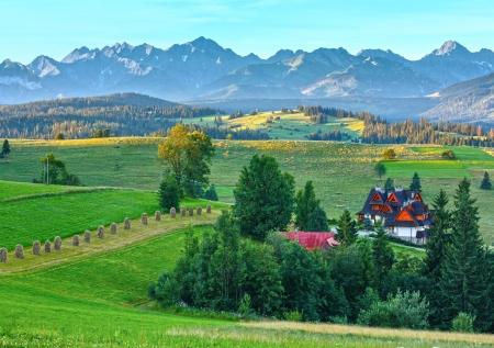 Zomerochtend wazig bergdorp uitzicht en Tatra bereik achter (Gliczarów Gorny, Polen)