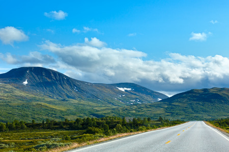 norge: Norwegian summer secondary road (not far from Dombas, Norge) Stock Photo