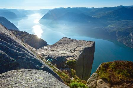 Preikestolen enorme rots (Noorwegen, Lysefjorden zomerochtend uitzicht) Stockfoto