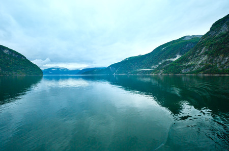 norge: Geiranger Fjord (Norge) evening cloudy summer view