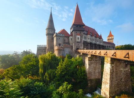 Corvin Kasteel zomerochtend uitzicht (Hunedoara, Transsylvanië, Roemenië). Werd in 1446 aangelegd