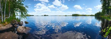 Lake Rutajarvi zomer weergave met reflectie van wolken op het water oppervlak (Urjala, Finland).