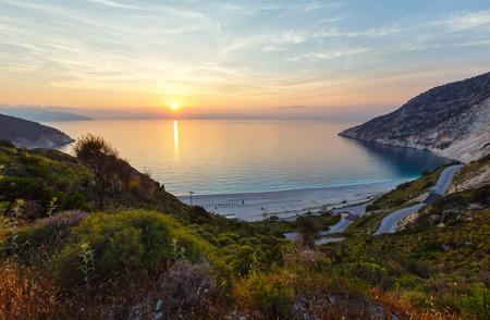 Zee zonsondergang van Myrtos Beach (Griekenland, Kefalonia, Ionische Zee).