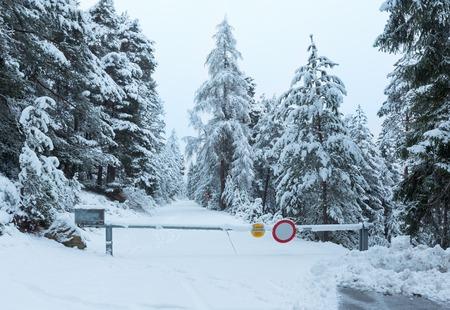 schlagbaum: Winter-Bergpass mit schneebedeckten Stra�en-und schneebedeckten B�ume (�sterreich, Tirol)