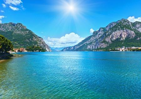 sol radiante: Lago de Como Ver sol (Italia) del verano de la costa. Foto de archivo