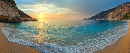 미르 토스 해변 (그리스, 케 팔로 니아, 이오니아 바다)에서 바다 일몰보기.