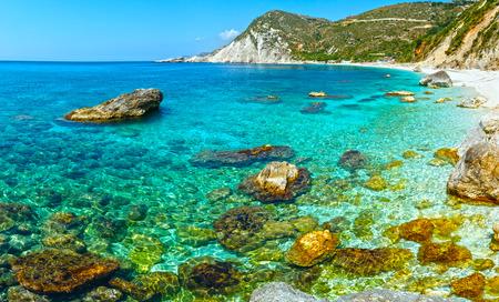 wiedererkennen: Petani Strand Sommer Ansicht mit gro�en Steinen im Wasser (Kefalonia, Griechenland). Alle Menschen sind nicht zu erkennen. Lizenzfreie Bilder