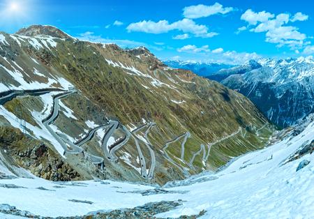 no pass: Verano Stelvio superior con la carretera alpina y la nieve en la ladera (Italia) Foto de archivo