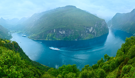 norge: Geiranger Fjord (Norge) panorama with cruise ships. View from above.