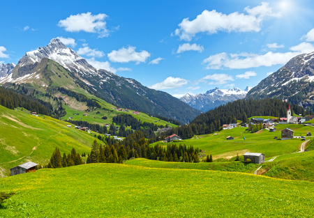 Summer mountain view to Biberkopf mount (Warth, Vorarlberg, Austria). Stockfoto