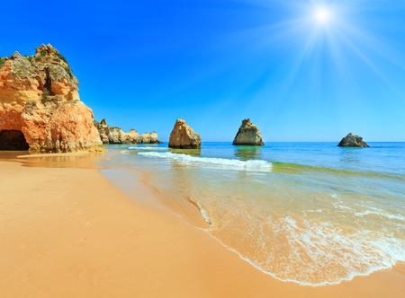 Zandig zonnig strand Dos Tres Irmaos zomer uitzicht (Portimao, Alvor, Algarve, Portugal).