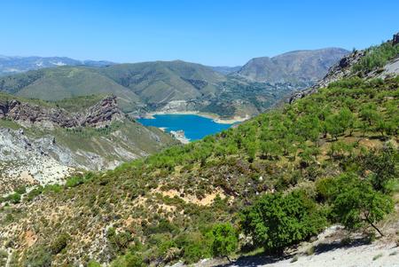 青い湖はシエラ ・ ネバダ国立公園、グラナダ、スペインの近くで。夏の山の風景。 写真素材