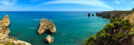ポンタダピエダデ (ラゴスの町、アルガルヴェ、ポルトガルの海岸線に沿って奇岩のグループ)。3 つのショットは、イメージをステッチします。