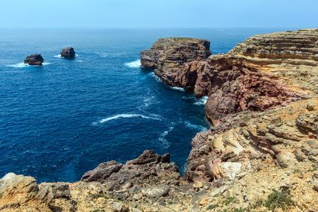 Atlantische felsige Küstenansicht des Sommers, Aljezur, Algarve, Costa Vicentina, Portugal.