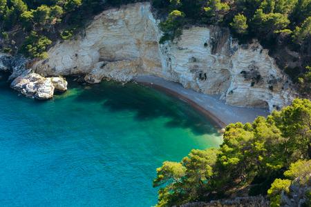 Verano tranquilo hermosa playa Cala di Porto Greco en la península de Gargano en Puglia, Italia. Vista desde Torre dell'Aglio. Foto de archivo - 87435179