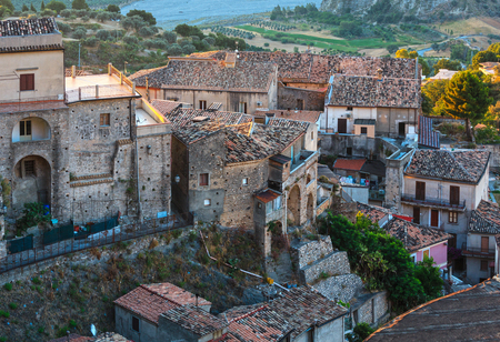 Morning old medieval Stilo famos Calabria village view, southern Italy. 版權商用圖片 - 88351207
