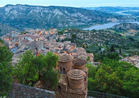 Zonsopgang oude middeleeuwse Stilo-famos dorpsmening, Calabrië, zuidelijk Italië.