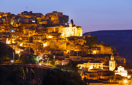 Night old medieval Ragusa Ibla famos Sicilian town view (Sicily, Italy). Imagens