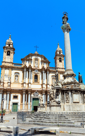 Church of Saint Dominic (Chiesa di San Domenico e Chiostro) is the second most important church of Palermo, Sicily, Italy. And obelisk-like Colonna dell Immacolata (Immaculate Virgin, buil in 1728) Banque d'images