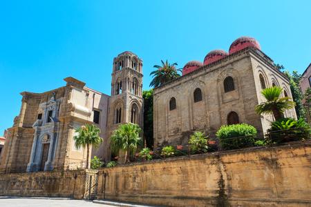 L'église de Santa Maria dell'Ammiraglio (Martorana) et l'église de San Cataldo, vue sur la vieille ville de Palerme, Sicile, Italie. Banque d'images - 92100135