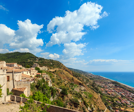 Fiumefreddo Bruzio (uno de los pueblos más bellos de Italia) en cima de la colina de la montaña sobre la costa del mar Tirreno, provincia de Cosenza, Calabria, Italia.