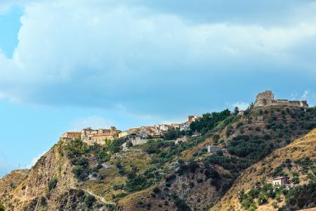Fiumefreddo Bruzio (uno de los pueblos más bellos de Italia) en cima de la colina de la montaña sobre la costa del mar Tirreno, provincia de Cosenza, Calabria, Italia. Foto de archivo - 93049227