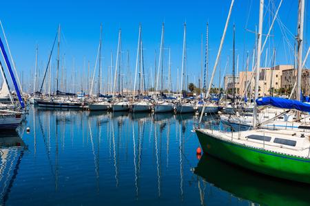 PALERMO, ITALY - JUNE 15, 2017:  city yacht port harbor view, Sicily. Archivio Fotografico - 105295498