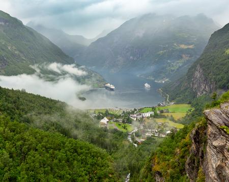 Fiordo di Geiranger nuvoloso estate vista da sopra il monte Dalsnibba, Norway