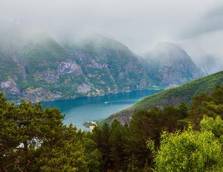 Summer misty overcast fiord View from Stegastein Viewpoint (Aurland, Sogn og Fjordane, Norway) 版權商用圖片