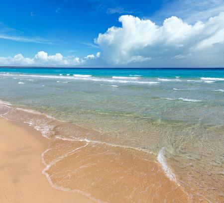 Belle mer de surf, vue sur le paysage marin d'été depuis la plage de sable. Banque d'images