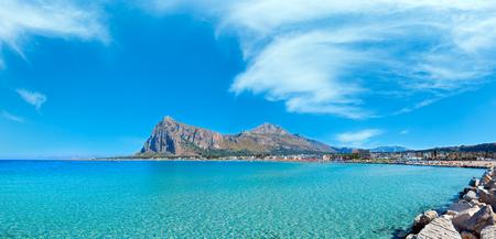 Rajska panorama zatoki Morza Tyrreńskiego, plaża San Vito lo Capo z czystą lazurową wodą i wyjątkowo białym piaskiem oraz Monte Monaco w oddali, Sycylia, Włochy. Ludzie są nie do poznania. Zdjęcie Seryjne