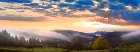 Nebliger Morgen und Sonnenschein durch Wolken im Herbst Karpatenberg, Ukraine. Hochauflösendes Stitch-Panoramabild.