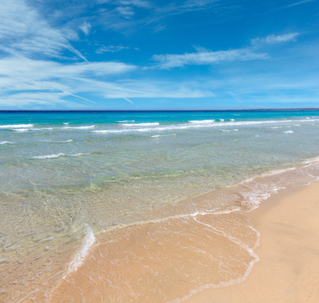 Beautiful sea surf, summer seascape view from sandy beach. Banque d'images