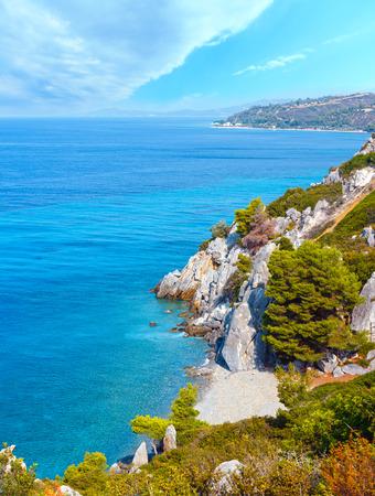 Paisaje de la mañana de la costa del mar de verano, península de Kassandra, Halkidiki, Grecia.